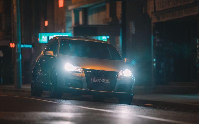 Słabe świecenie lamp samochodowych. Jak je kontrolować? Najczęstsze przyczyny awarii? Kiedy wymienić?